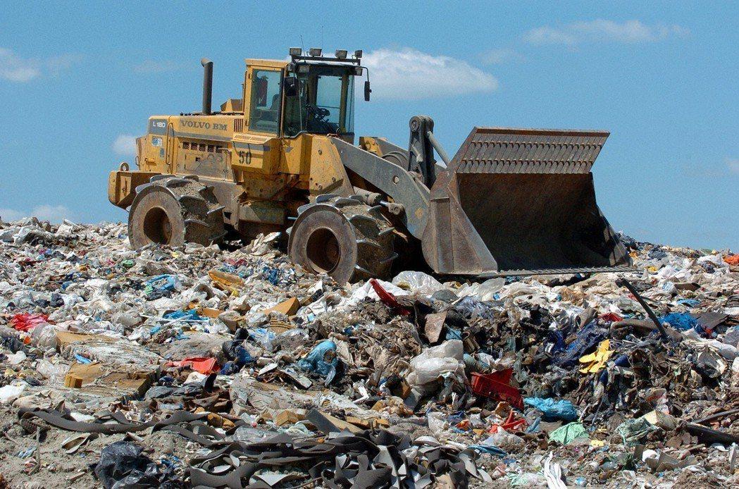 根據統計,臺灣人平均每人每天可產出 2.1 公斤的垃圾,更以「地方包圍中央」的恐...