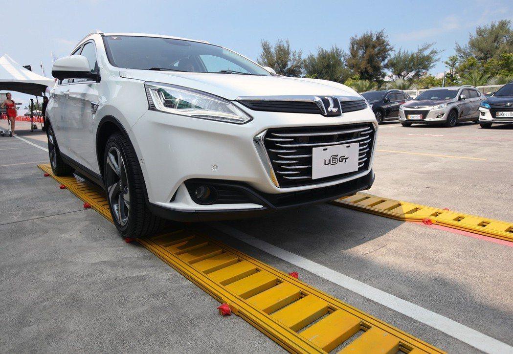 「AR 底盤透視影像」實境體驗,可清楚看見底盤下狀況並顯示車輪位置及角度。 記者劉學聖/攝影