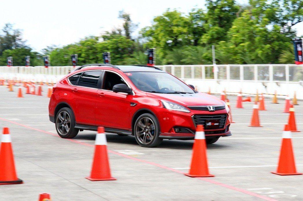 現場也設置金卡納障礙挑戰賽,讓車主們體驗更刺激的駕馭方式。 記者陳威任/攝影