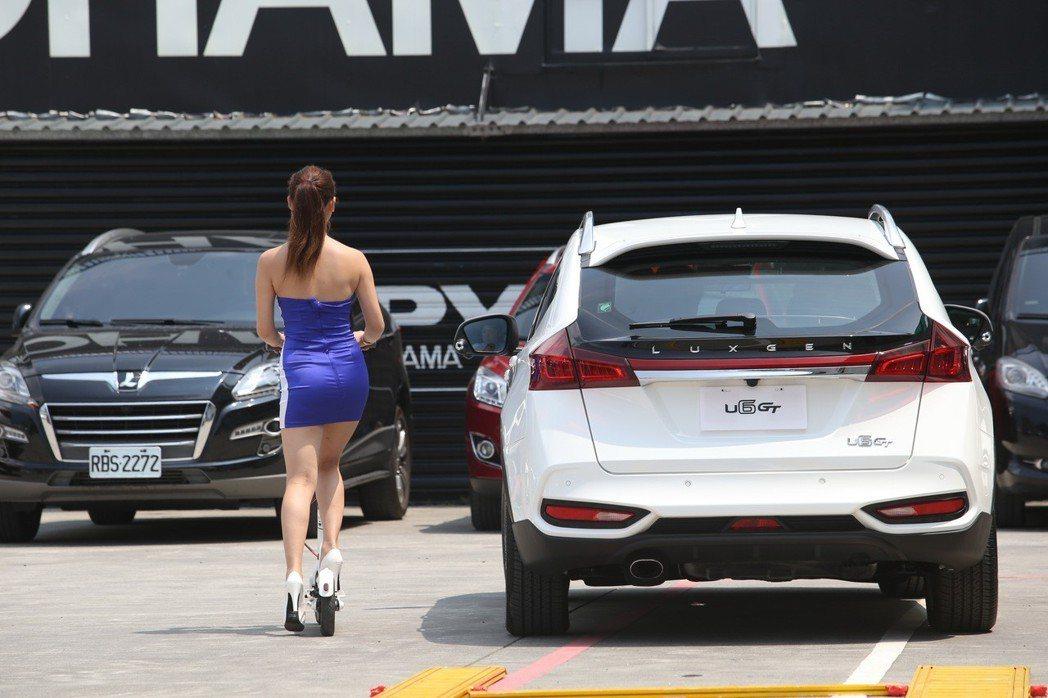 針對開車門肇事的情況,LUXGEN強化推出「開門防撞系統」,現場也透過滑板車來示...