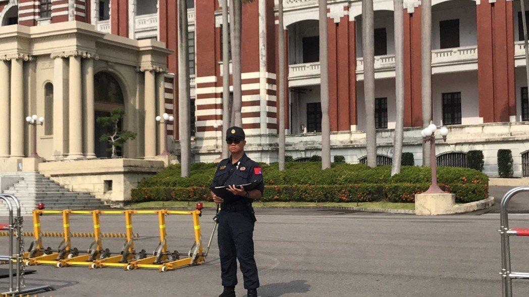 總統府正門廣場負責管制車輛進出的衛兵,勤務服左上臂的國旗臂章竟然反掛,引人側目。...