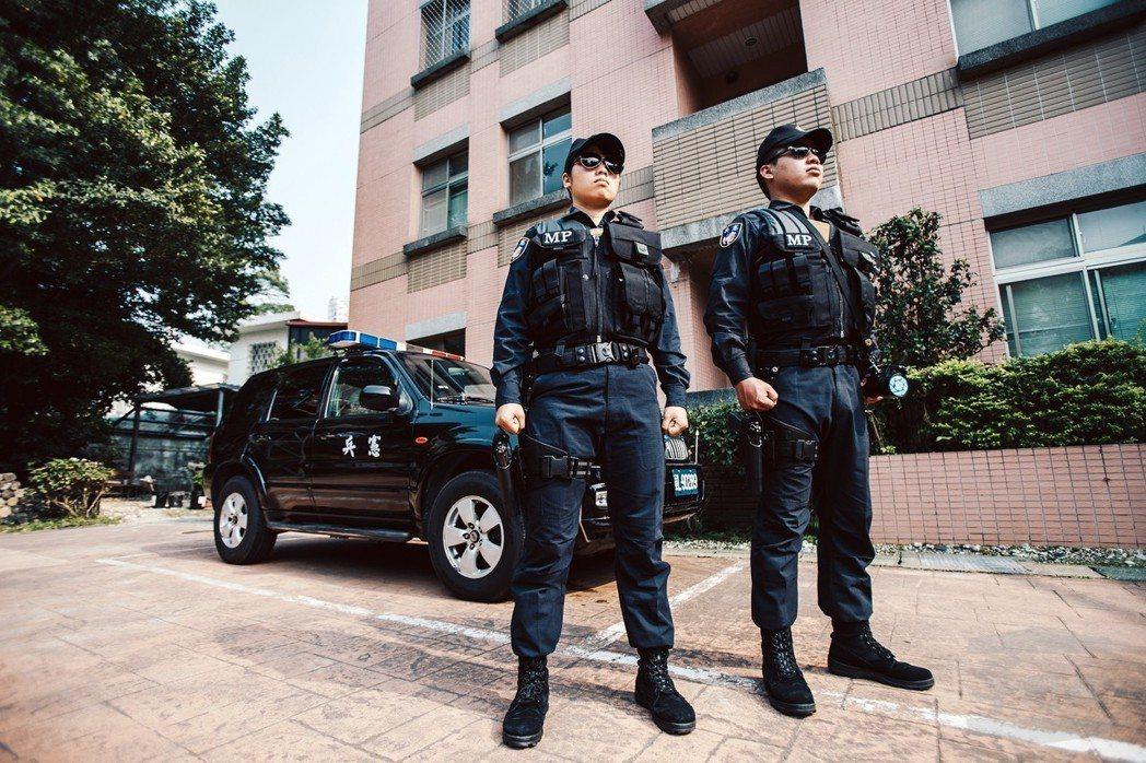 駐守總統府的憲兵202指揮部所屬第一線執勤官兵,近日換穿新式勤務服,並加掛腿掛式...