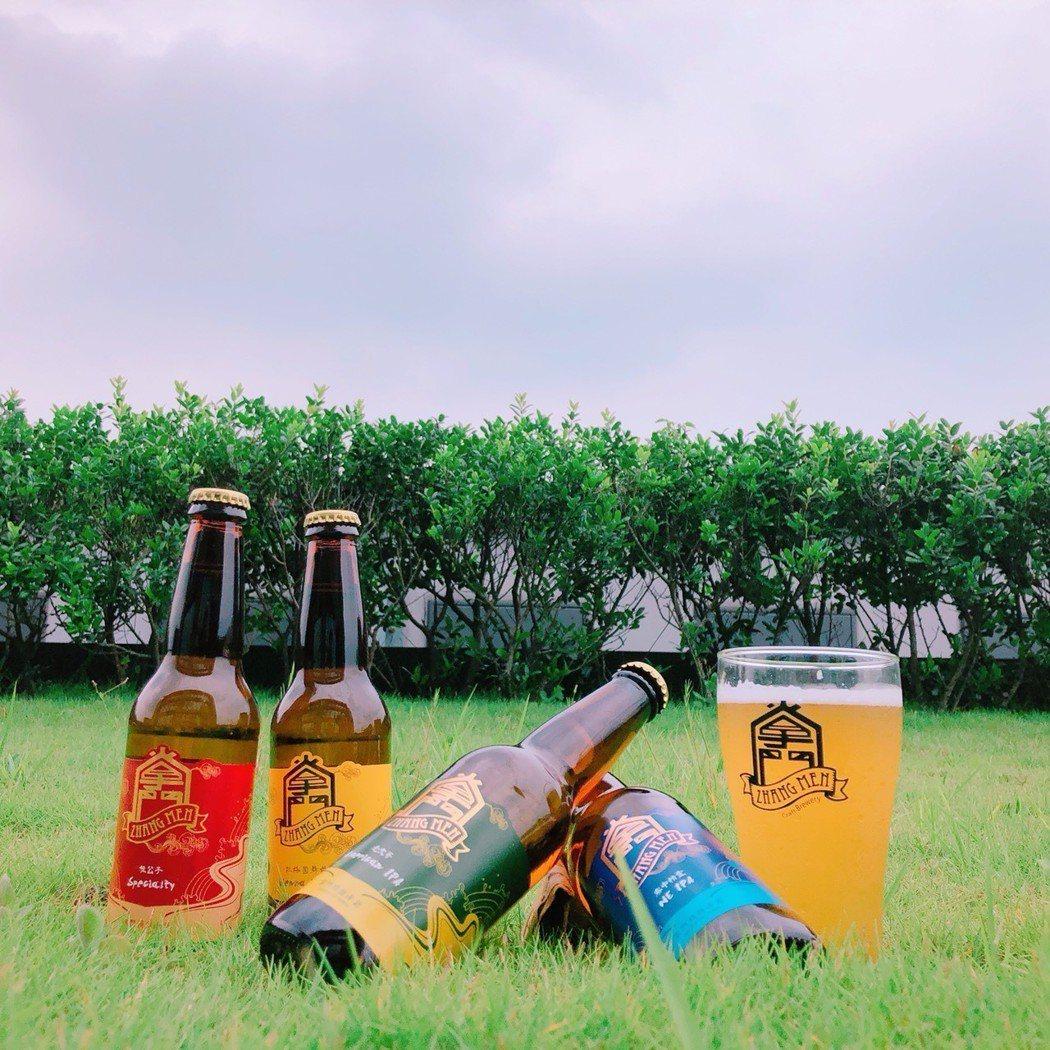 盛夏當頭,在草地上啜飲掌門精釀瓶裝系列,帶著走的口感品味! 掌門精釀啤酒/提供