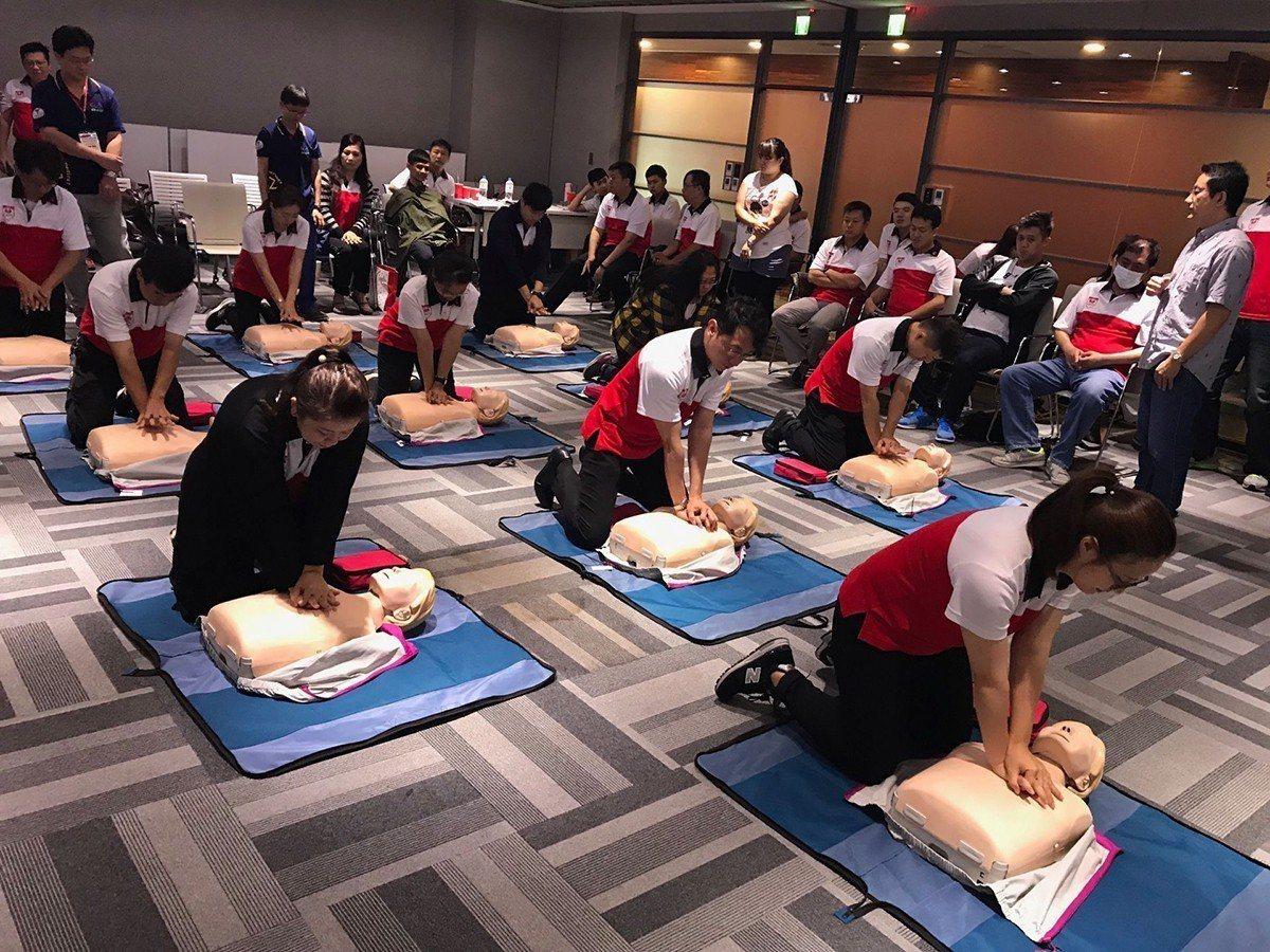 立偉電子依據客戶需求,進行CPR+AED訓練課程 圖/立偉電子 提供
