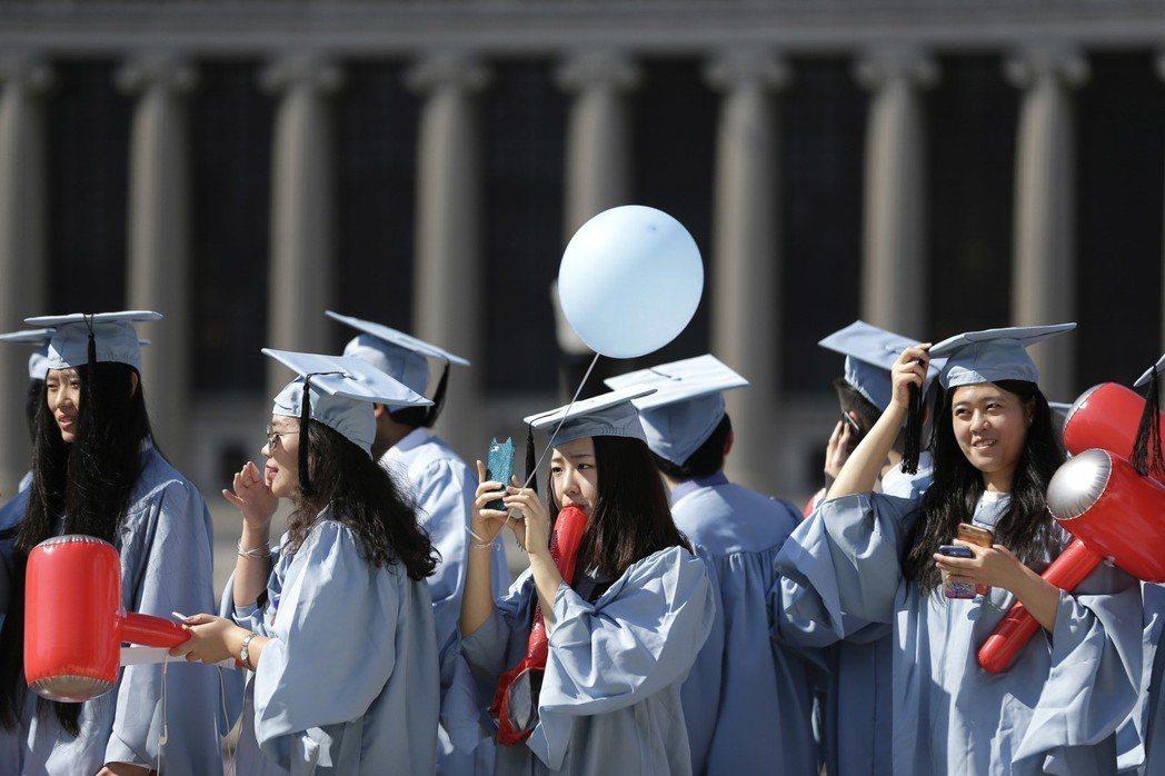 自1980年代始,因中美關係恢復,中國的留學生也逐漸增多;截至2017年,中國已...