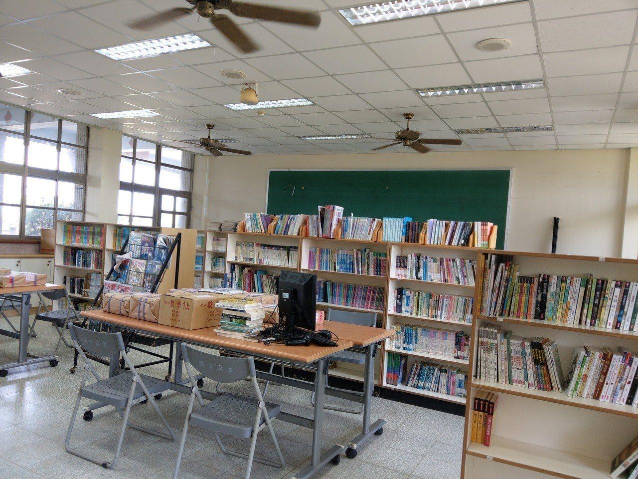 興中國中的圖書館書籍 無法擠進只有一間教室空間大的閱覽室。 記者戴永華/攝影