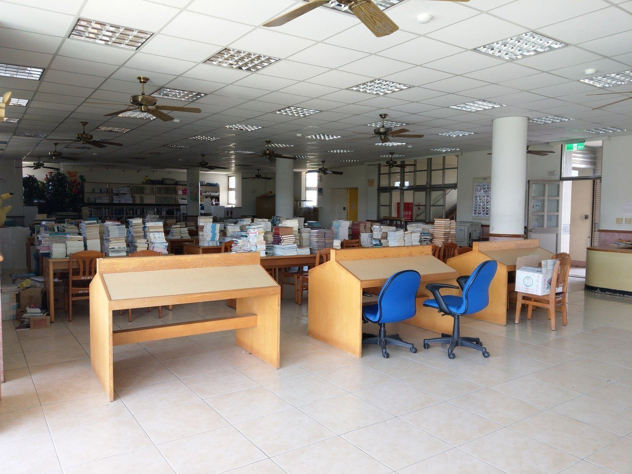 宜蘭縣政府要求8月1日興中國中哪出圖書館做為實驗教育育成中心,但是校方缺乏搬遷的...
