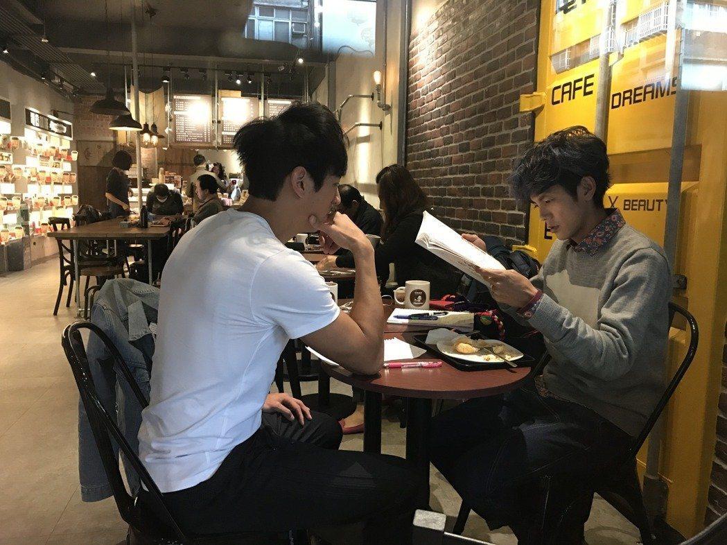 浩子出國環遊世界,阿翔(右)一方面不放棄工作,一方面還私下找老師補習日文精進語言...