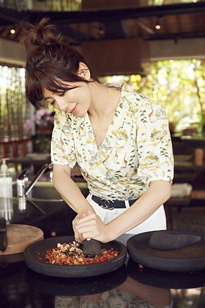 賈靜雯藉由料理體驗,更加了解峇里島文化。圖/Ciao潮旅雜誌提供