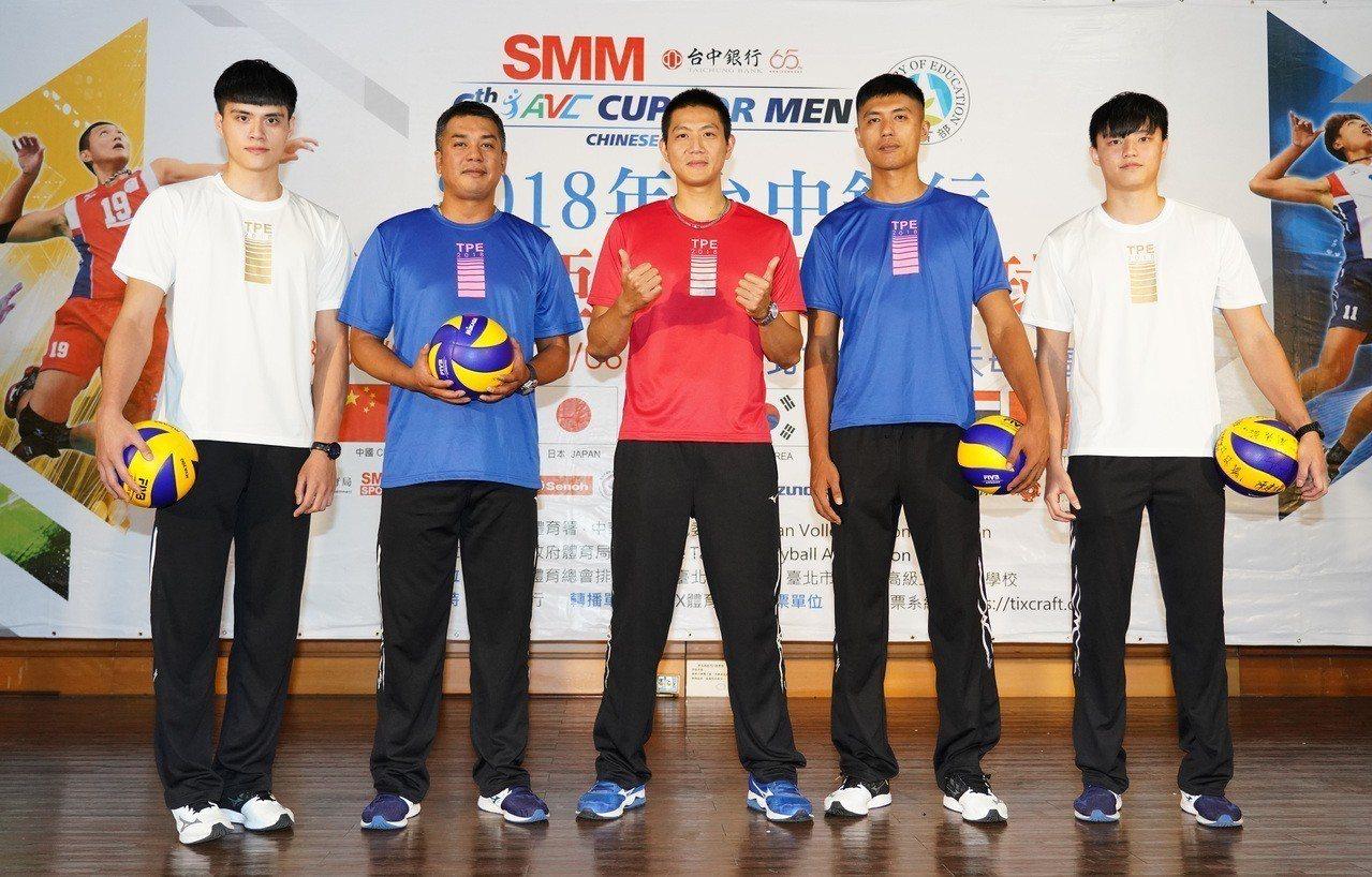 亞洲盃男排賽後將接續亞運,陳裕安(左二)啟動情蒐。中華排協提供。