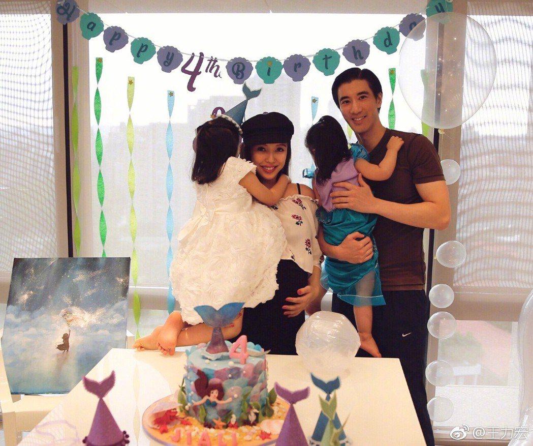 王力宏(右)、李靚蕾(左二)夫婦上月初替長女慶祝4歲生日。圖/摘自微博