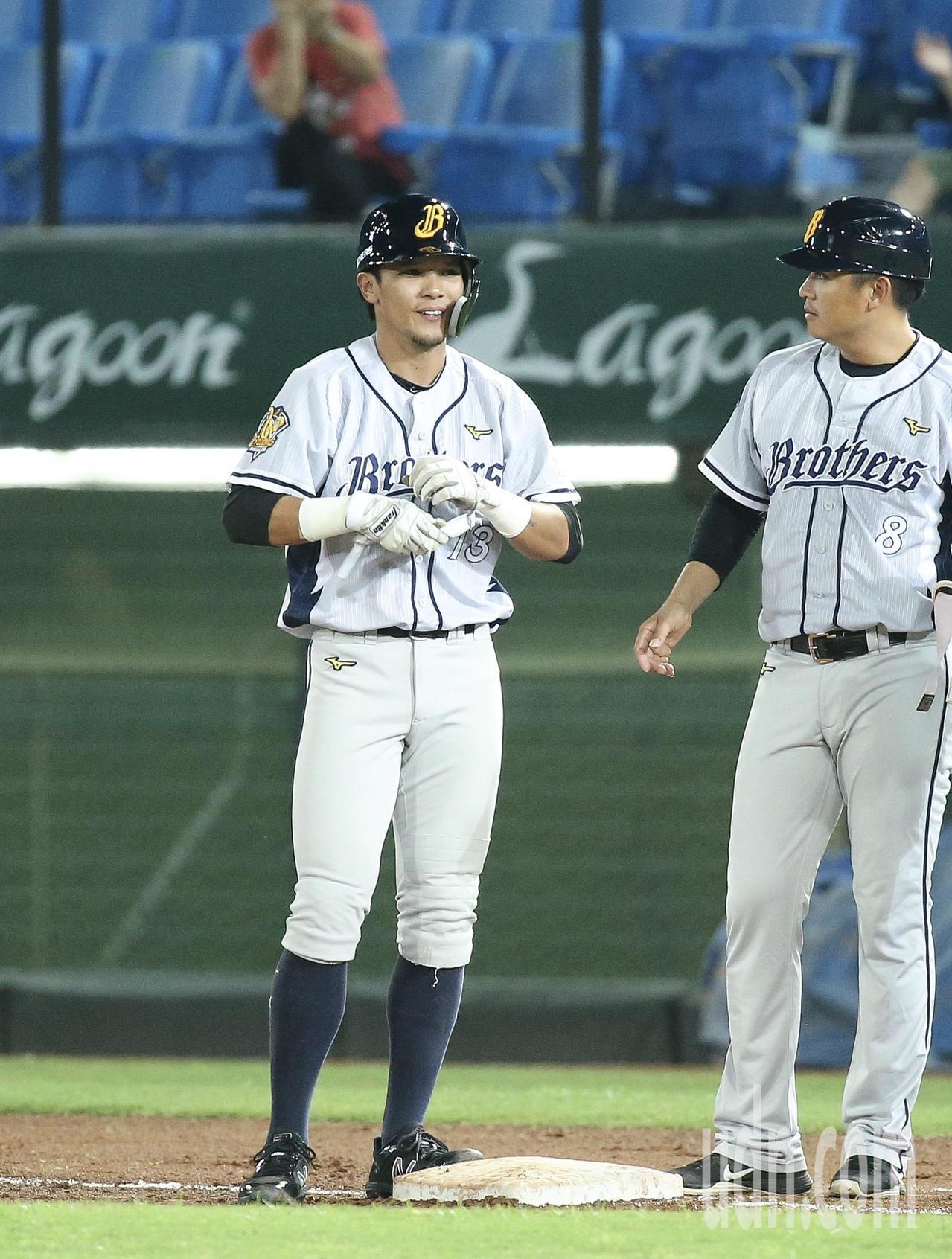 中信兄弟陳偉漢(左)2局上敲出兩分打點安打。記者余承翰╱攝影
