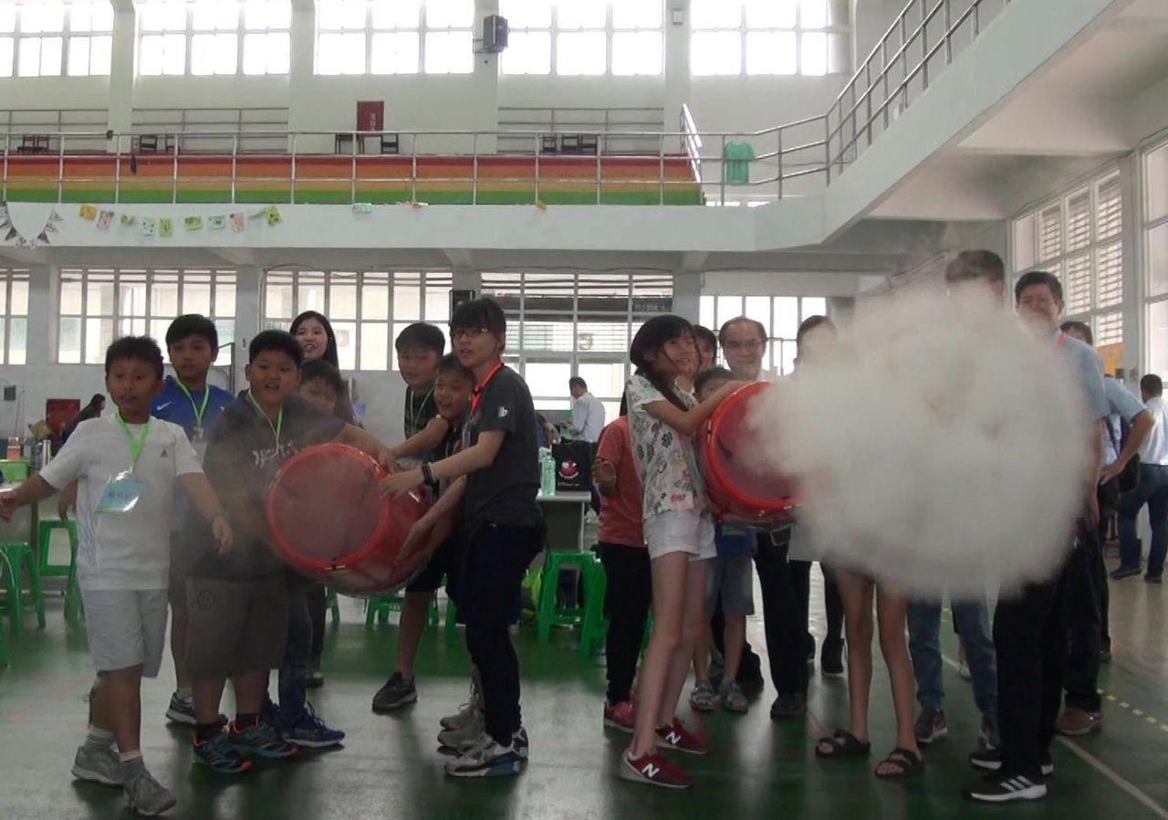 經由空氣擠壓原理,小朋友們發射「空氣砲」,能讓螺旋雲霧騰空飛行。記者王昭月/攝影