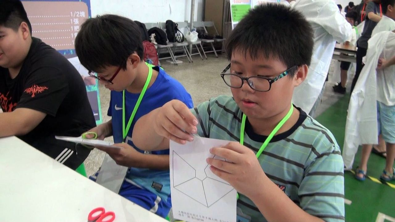 小朋友利用塑膠片製作3D投影盒。記者王昭月/攝影