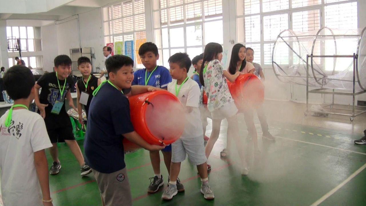 經空氣擠壓原理,小朋友們發射「空氣砲」,能讓螺旋雲霧騰空飛行。記者王昭月/攝影