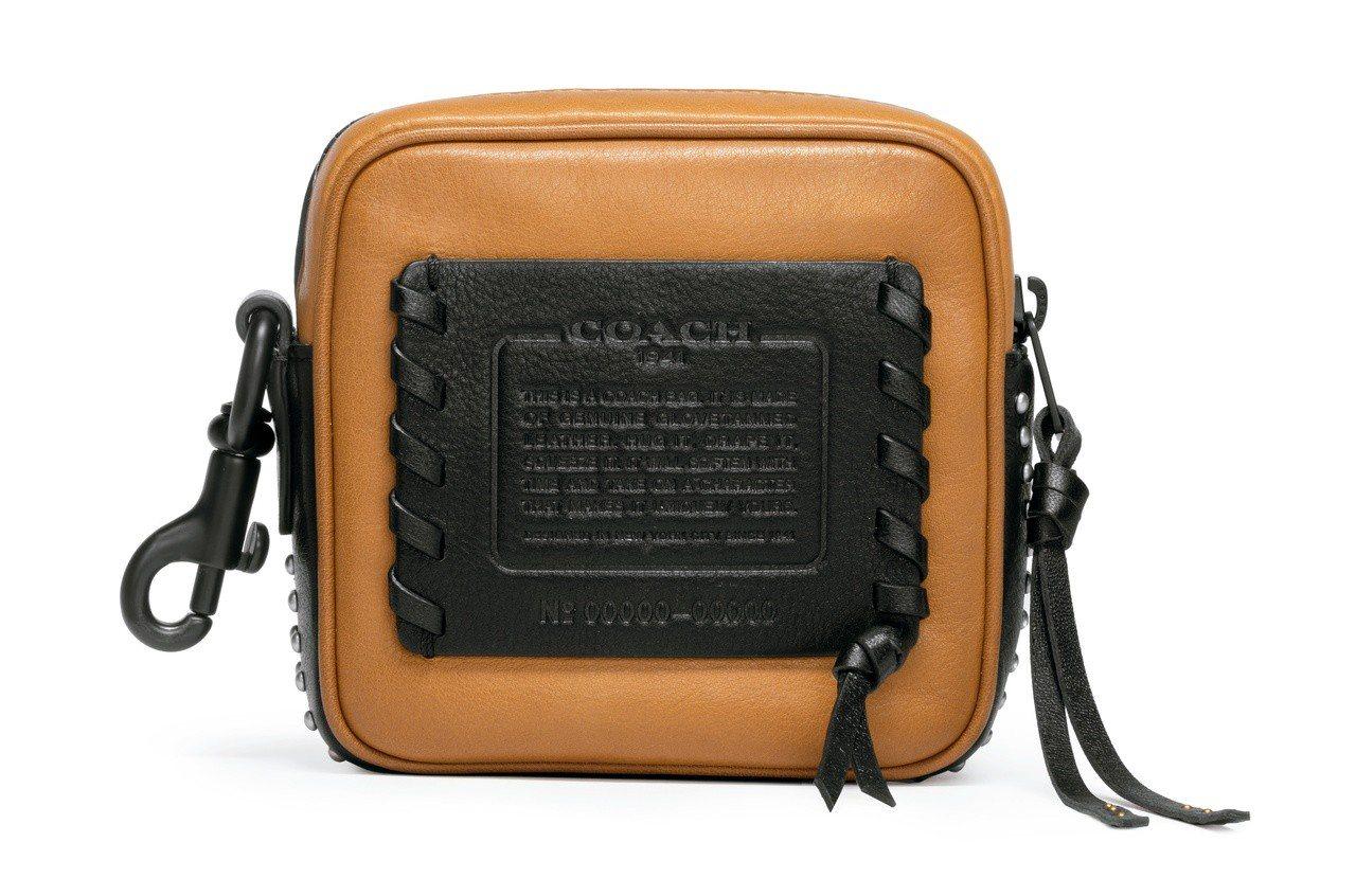 男裝推出可作為吊飾用的精巧小型包款,售價9,500元。圖/COACH提供