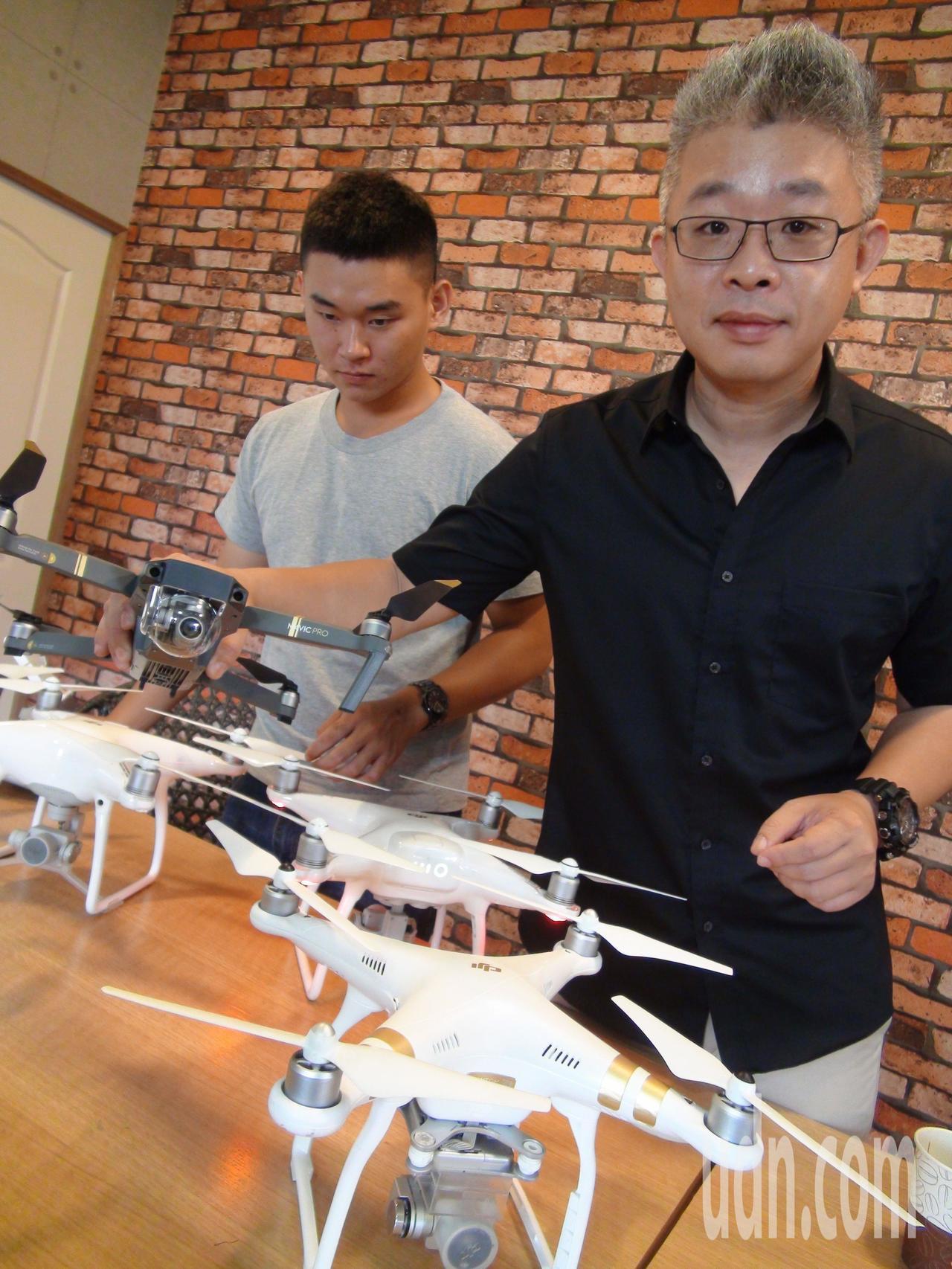 林峻央(右)利用空機幫購地者從看高空看土地。記者謝梅芬/攝影