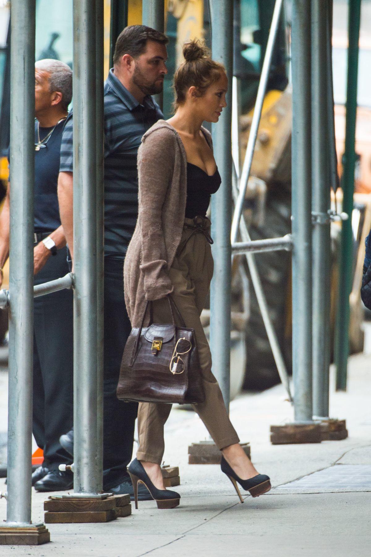 珍妮佛羅培茲手持蛇紋Bancroft提包,慵懶穿搭中不失貴氣。圖/MICHAEL...