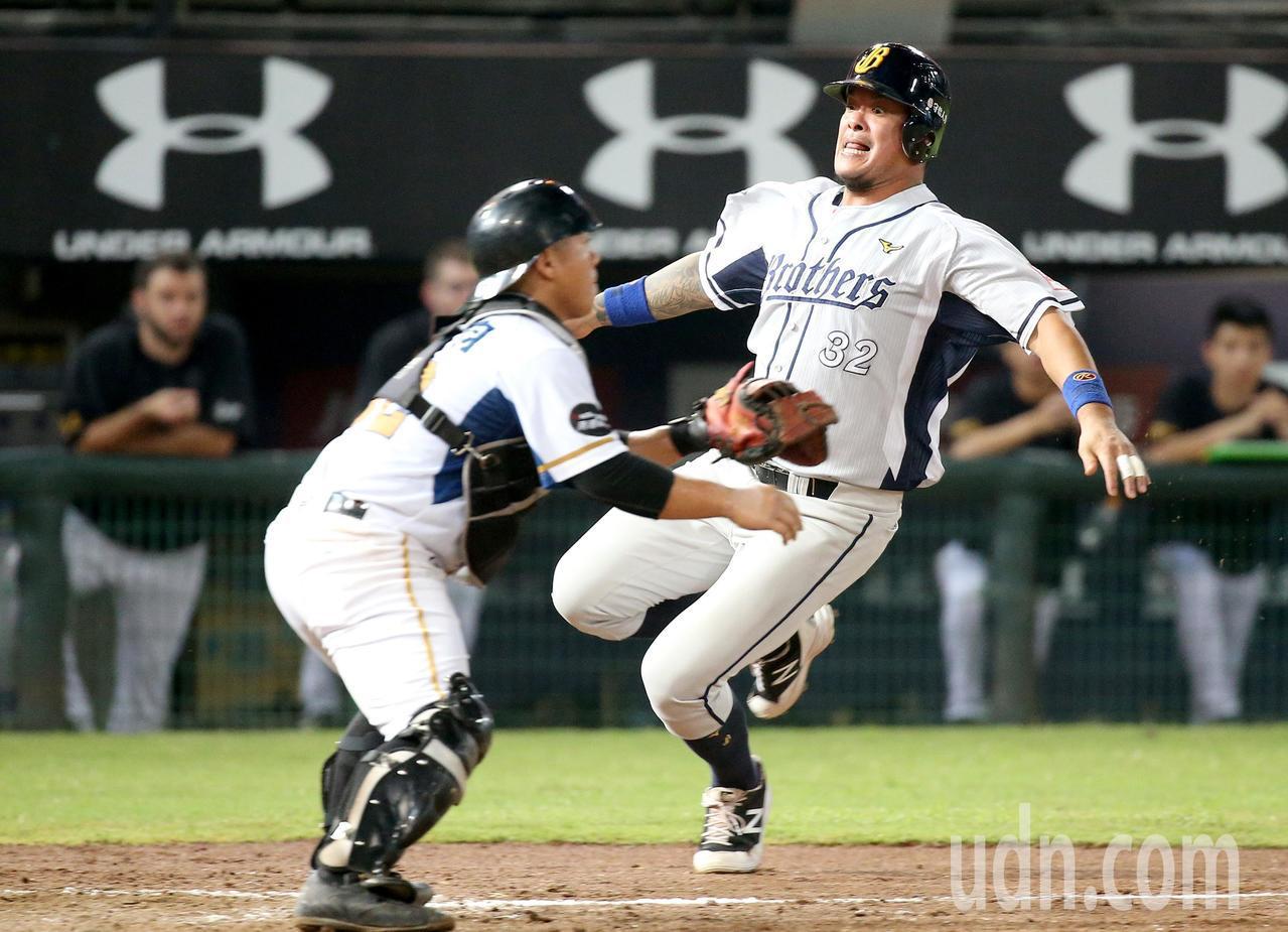 中信兄弟林智勝(右)9局上場代跑,跑回保險分。記者余承翰/攝影