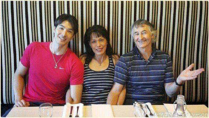 錦榮(左)曾承認被媽媽(中)逼婚,右為父親。圖/摘自微博