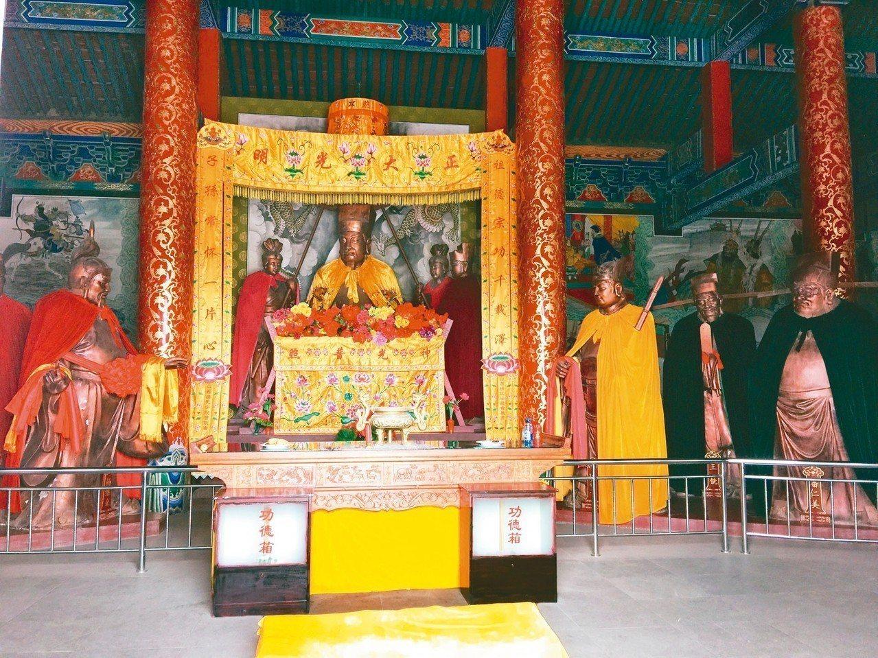 仁和殿內以塑像呈現朝議場景,中坐者為宋太宗。 記者汪莉絹/攝影