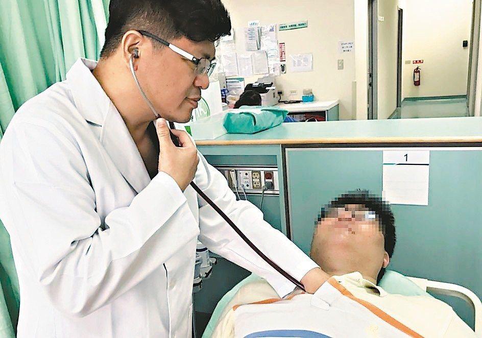 醫師楊景旭(左)說明,夏季飆高溫,急診常見熱傷害緊急送醫(圖非熱傷害患者)。 圖...