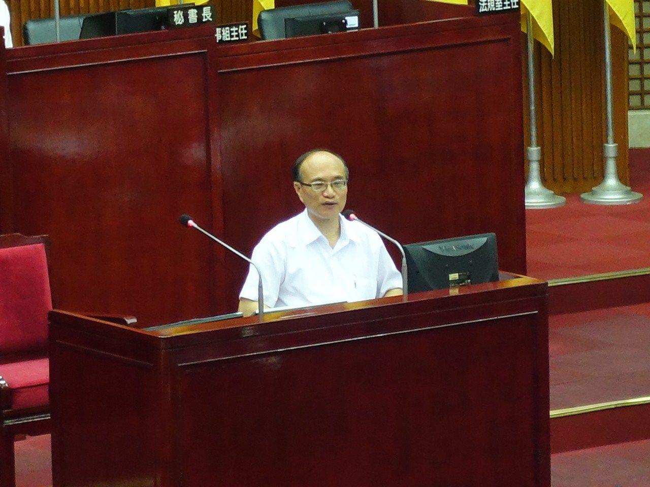 台北市議員洪健益昨質疑校長請公假過多問題,北市教育局長曾燦金說,確實有點誇張,「...