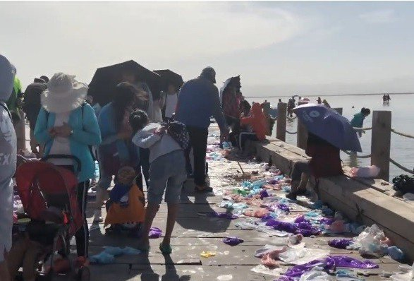 青海茶卡鹽湖,因暑期遊客高峰慘變垃圾場。 圖/擷自梨視頻