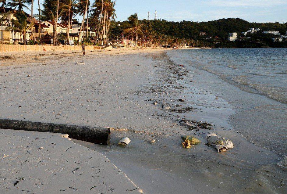 一條水管直接將汙水排放到菲律賓長灘島的布拉伯海灘。 (路透)
