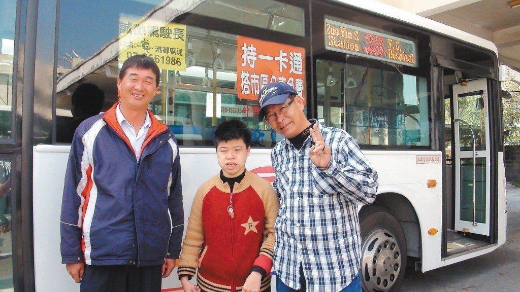 高雄市三八路公車前司機黃國誠(左)和吳福星(右),在開公車期間,很關照身心障礙的...