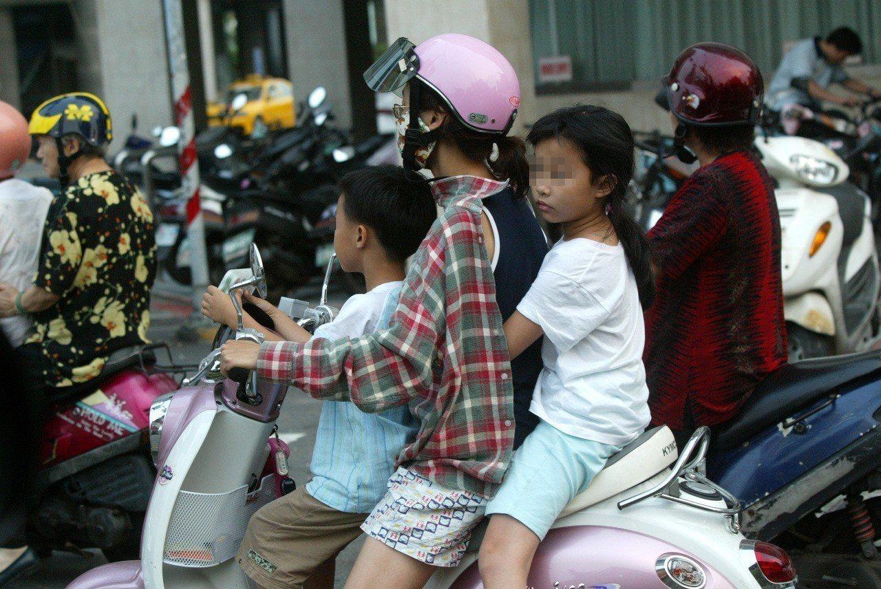 調查發現,12歲以下兒童當中,竟有34.3%的孩子搭乘機車時並未戴安全帽。聯合報...