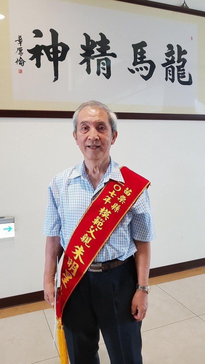 81歲的朱明星在苗栗市開設明星婦產科診所近50年,也用心栽培2個兒子成為醫師,也...