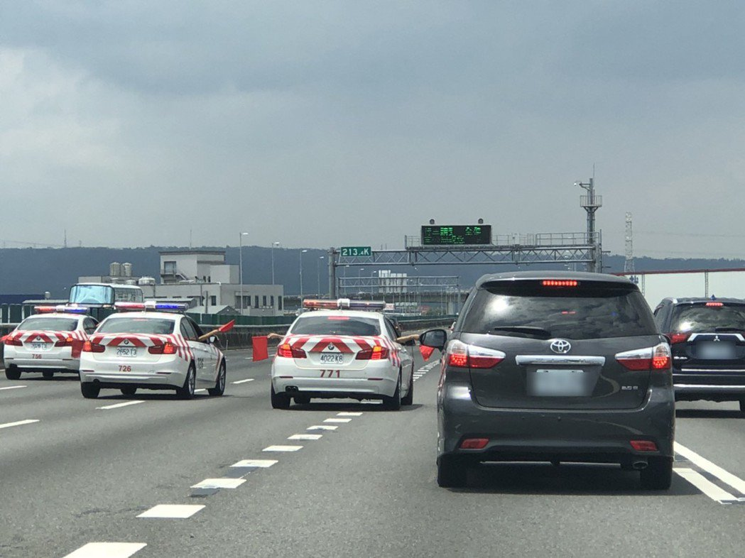 國道警車在國道三號緊急停車,封鎖五個車道讓總統車隊通行,引起駕駛人議論。 圖/陳...