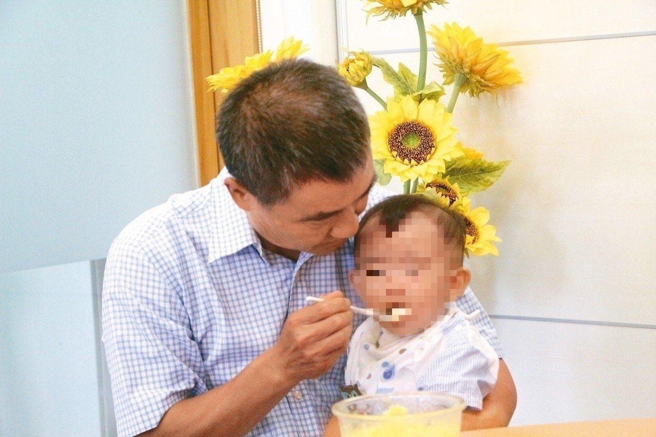 劉學成喜歡「把最好的給子女」,專心的神情,就像告訴旁人,對著寄養童,他的字典裡沒...