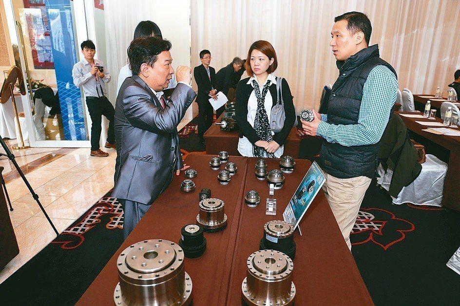 鼎億總經理王恩德(左)向客戶解說,鼎億GTC減速機品質優異的性能。 黃奇鐘/攝影