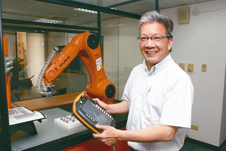 世寶機器五金引進德國庫卡KUKA工業機器人,在廠內特別設置機器人功能教學模擬服務...