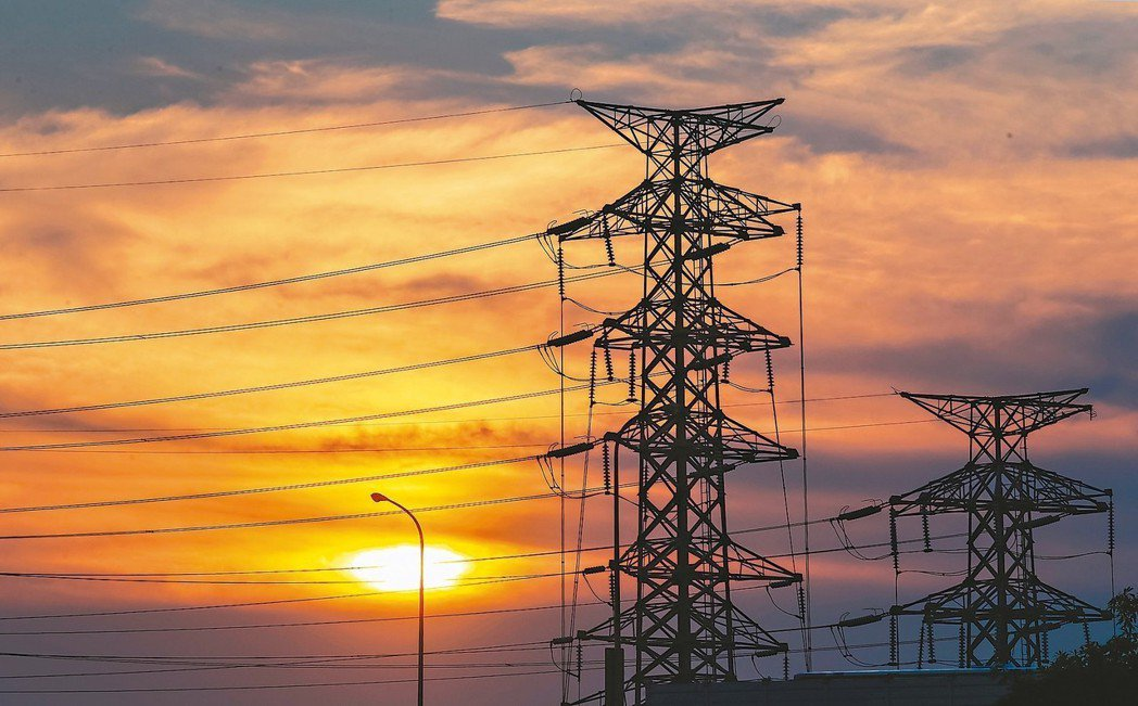 連續多天全台高溫,全國用電量昨日下午1時49分時達最高點,為3,690.6萬瓩,...