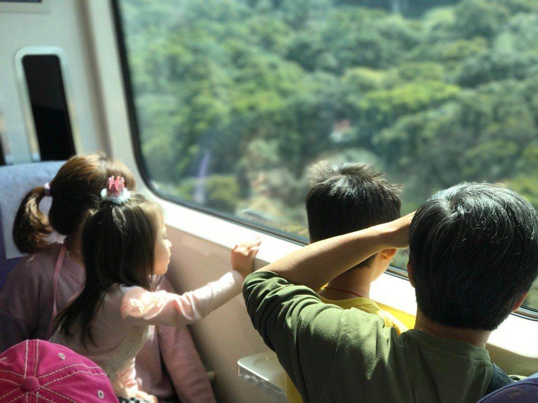 8月起,持桃園市民學生卡的國小生搭乘機場捷運享4折優惠。圖/桃捷公司提供