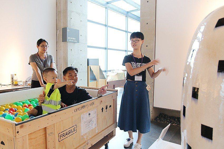 來自新莊的游先生與兒子參加「跟著木箱探險趣」,搶先欣賞藝術家金子潤的作品《糰子》...