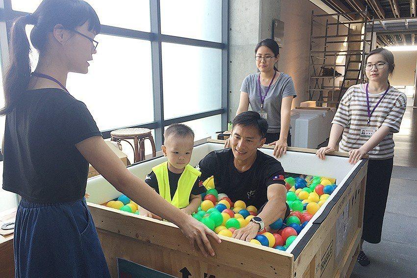 「跟著木箱探險趣」利用充滿著彩色球的推車,載送參加活動的民眾進入平常看不到的展區...