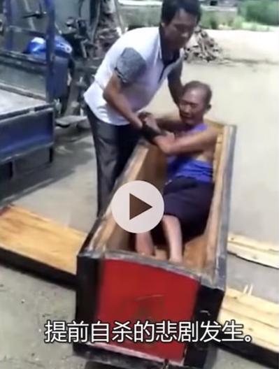 老人積攢棺木多年,在得知棺木將被迫銷毀時哭嚎。(視頻截圖)
