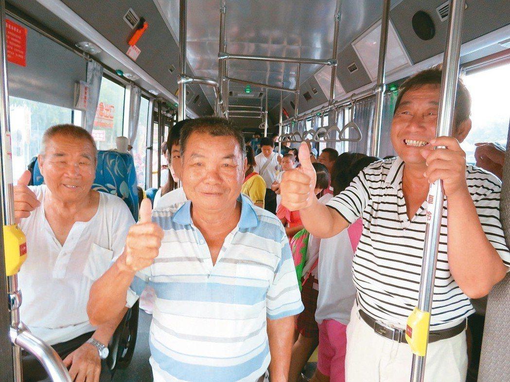 第一班公車清晨6點25分駛抵代天府新站牌,12名乘客笑著上公車。 記者魯永明/攝...