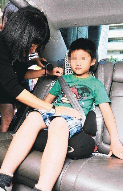 兒童乘坐後座應繫上安全帶,家長需多留意。 圖/聯合報系資料照片
