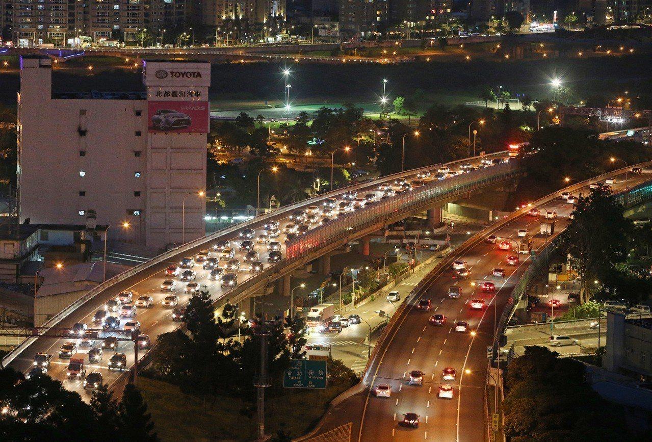 交通部公告今年中秋連假的前1天及後1天,9月21日及24日在國道5號實施白天時段...