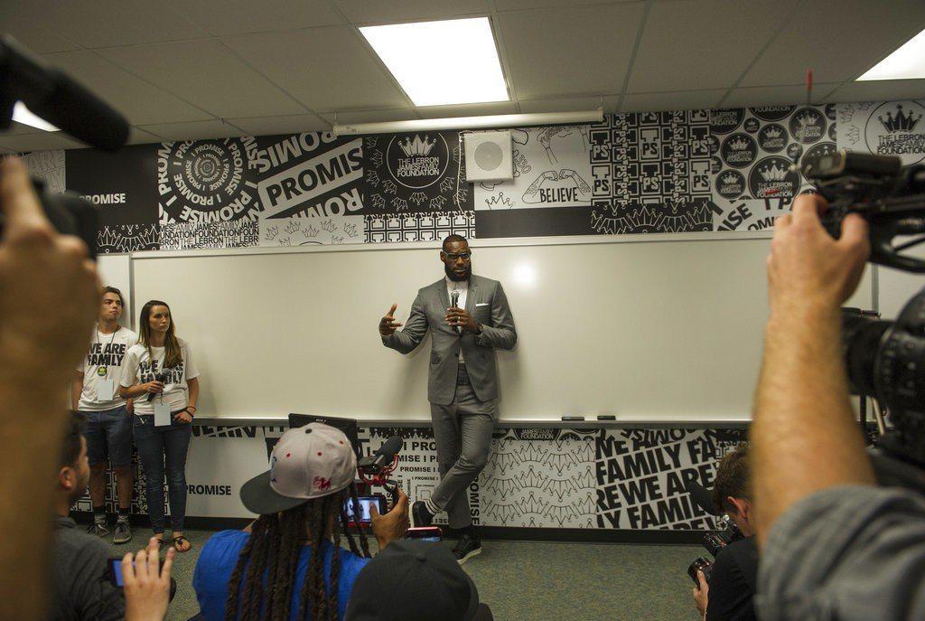 詹姆斯在家鄉亞克朗完成承諾創辦小學,讓NBA球星包含林書豪與安東尼都叫好。 美聯...