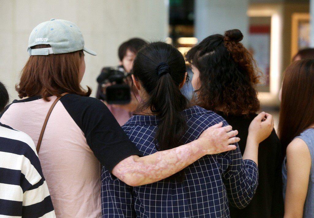 八仙事件三週年,台北榮總舉行傷友回娘家活動,傷友們和互相擁抱打氣。本報系資料照/...