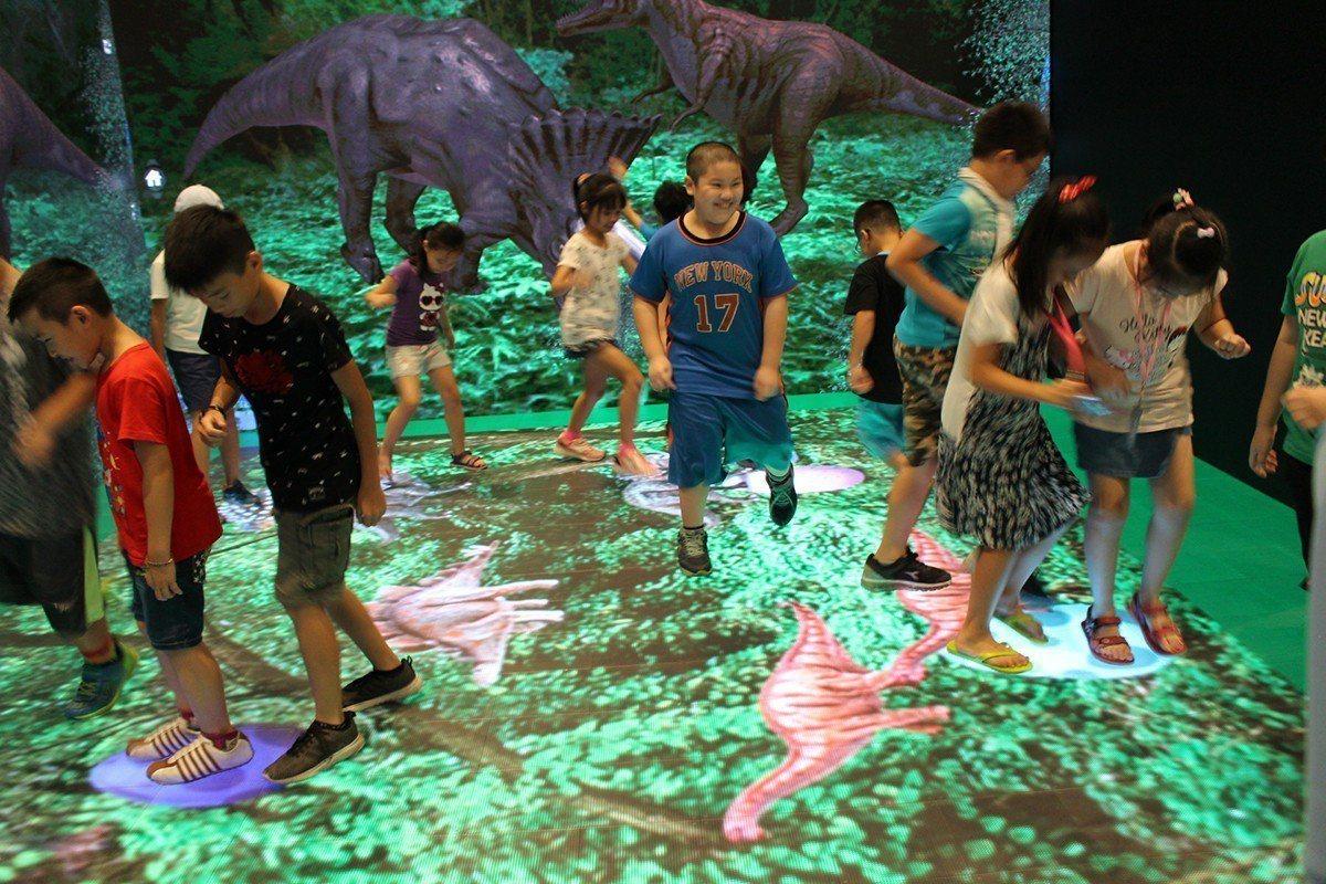 「2018新北市兒童藝術節」恐龍在哪裡互動體驗。 圖/新北市政府文化局 提供