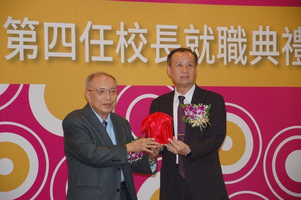 南臺科大董事長張信雄(左)將印信授予新任校長盧燈茂(右)。 莊玉隆/攝影