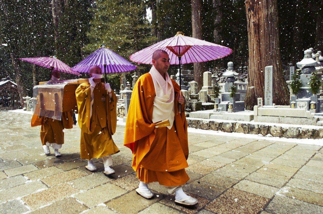 在高野山中央的金剛峰寺,每天早上仍然維持「生身供」儀式,為打坐入定的空海提供膳食...