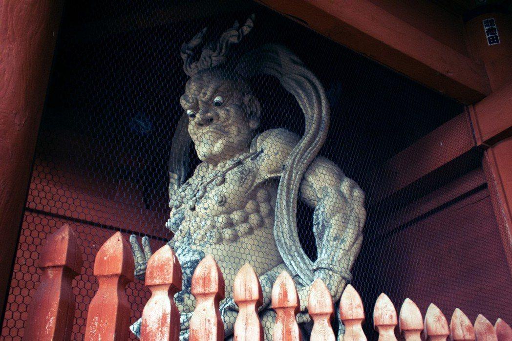 來自外國遊客的刁難意見,讓出家人也怒了。圖為高野山大門的金剛像。 圖/Flick...